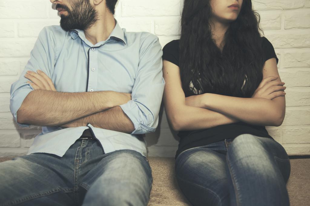 Парень с девушкой обижены