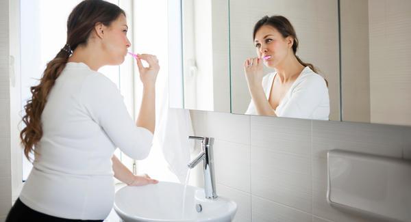 беременная чистит зубы