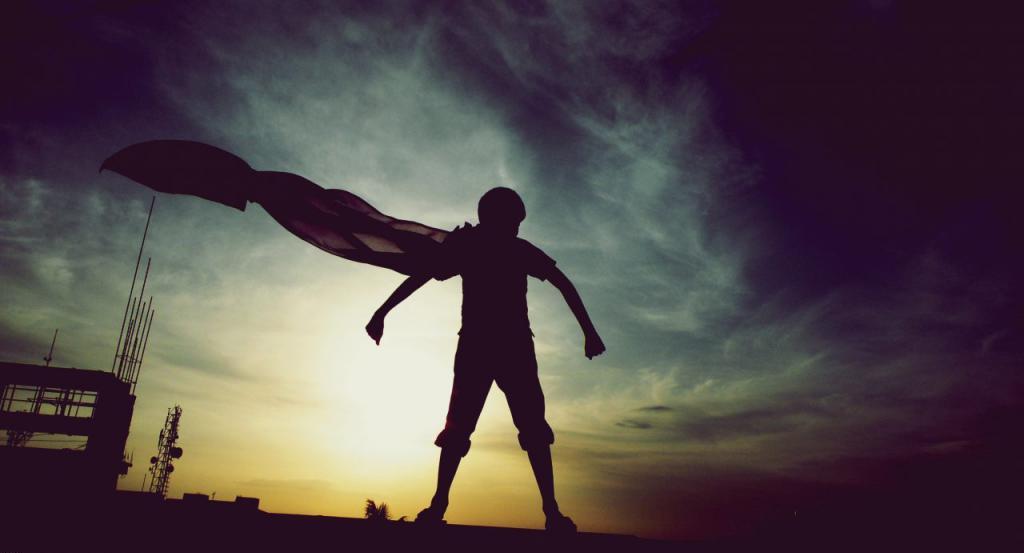 Мальчик супергерой с плащом
