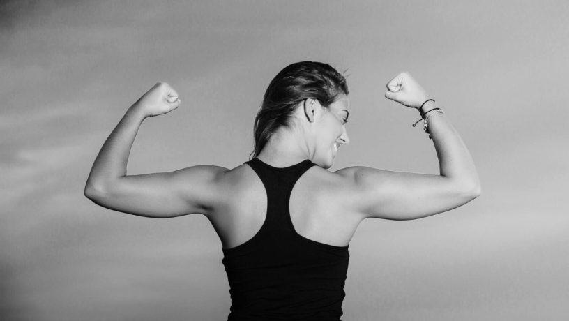 Качаем мышцы рук гантелями