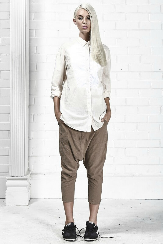 Блондинка в белой мужской рубашке
