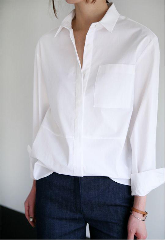Белая мужская рубашка в офисе