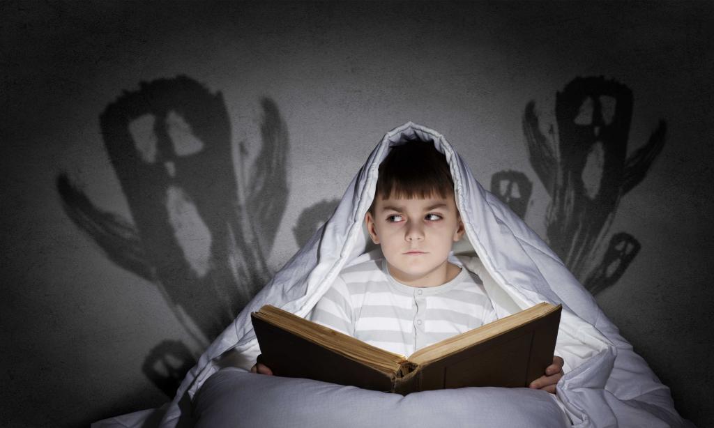 Мальчик боится монстров