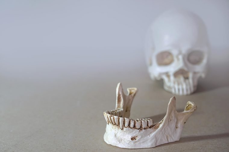 щелкает челюсть при жевании причины и лечение