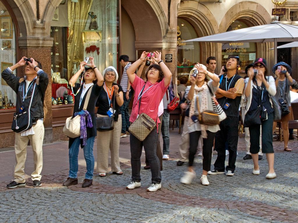 Туристы фотографируют