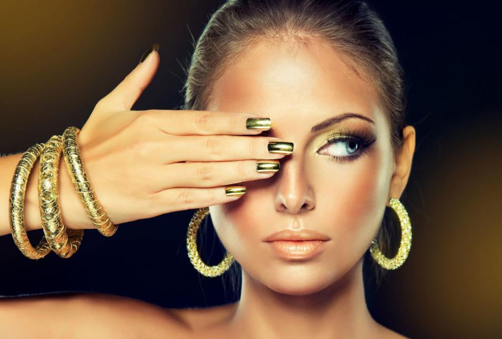 Женщина в золотых изделиях