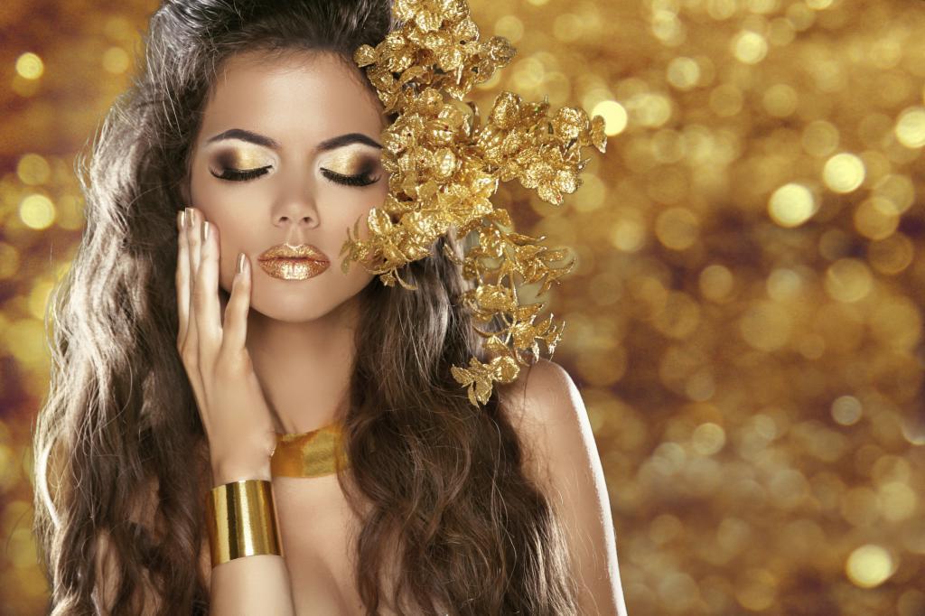 Девушка в золотом браслете
