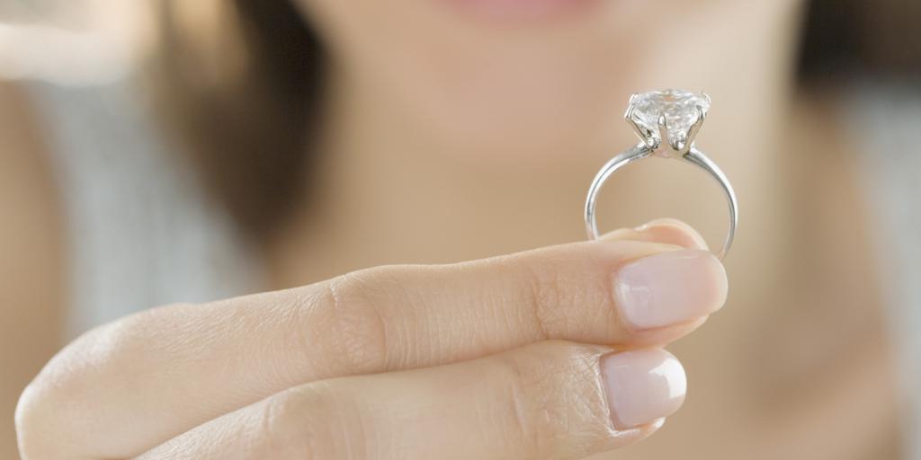 Девушка держит кольцо