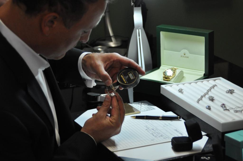 Ювелир изучает кольцо