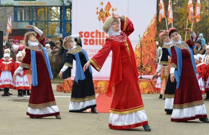 Девушки в русских нарядах