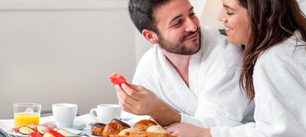 Мужчина и женщина завтракают