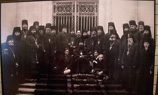 Второй справа духовник Серафим