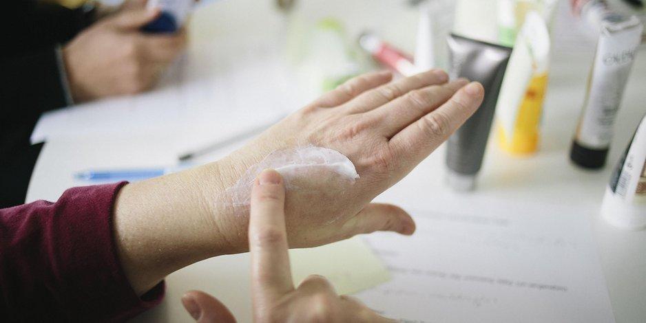 Рука женщины в возрасте