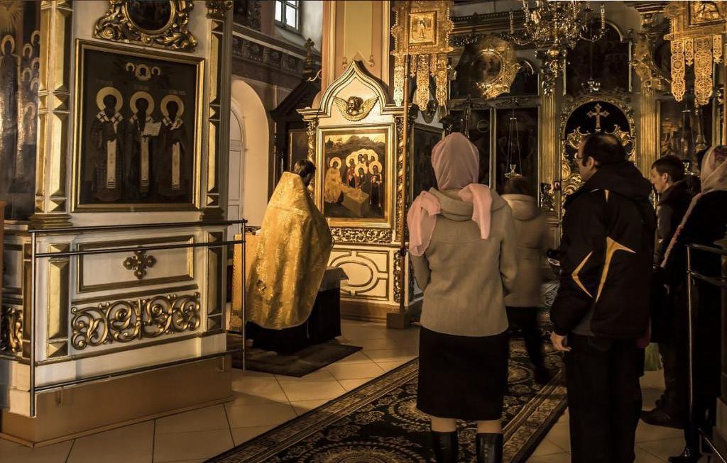 Богослужение в храме белой Троицы