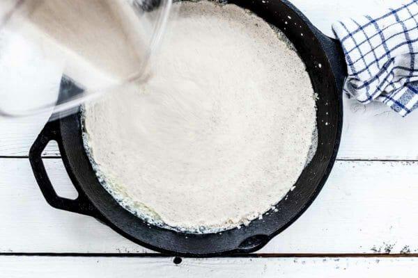 Выливаем тесто на сковородку