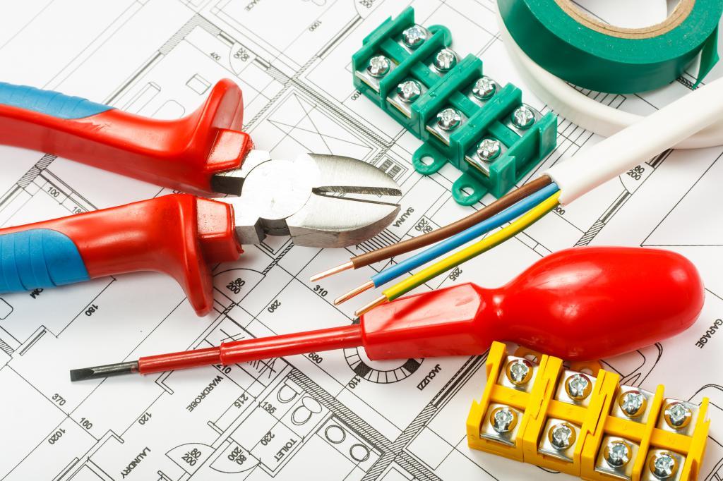 Монтаж электрических проводов в процессе