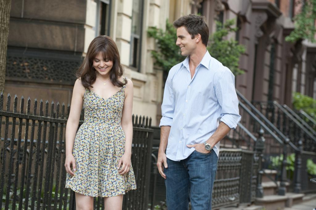 Девушка и парень гуляют