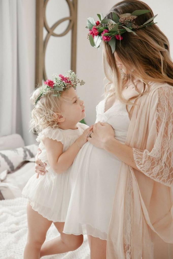 Беременная мама и дочка
