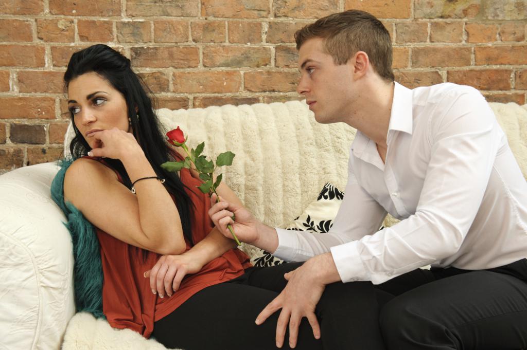 Парень принес розу