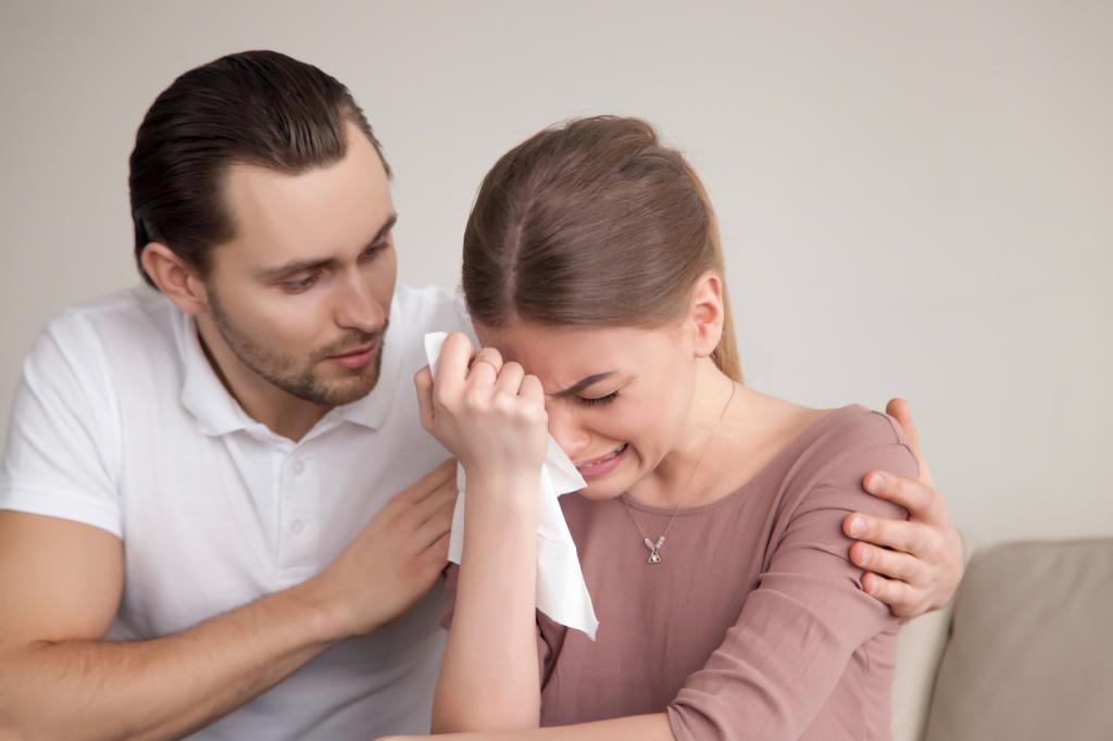 Девушка плачет в руках мужчины