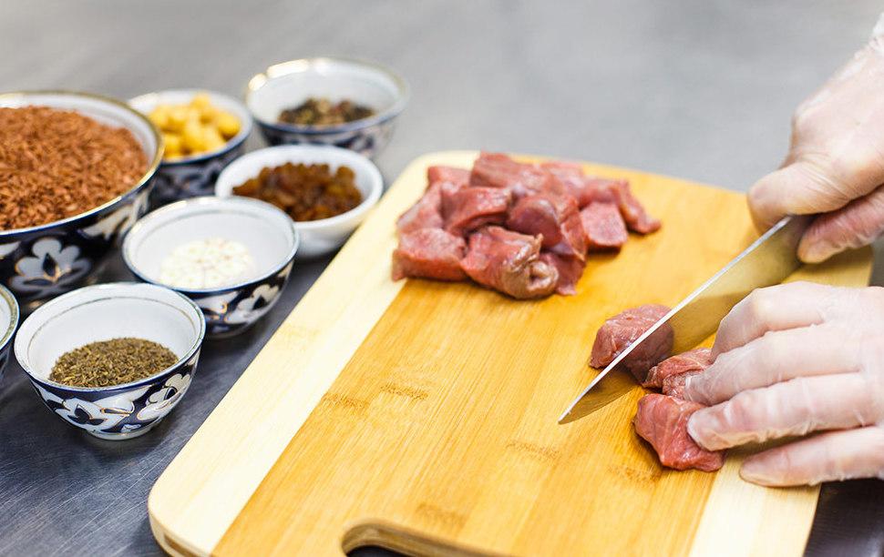 Нарезание мяса для плова