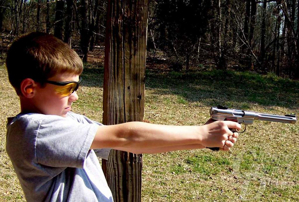 """Мальчик стреляет из """"мелкашки"""""""