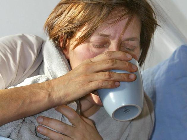 Женщина пьет из кружки