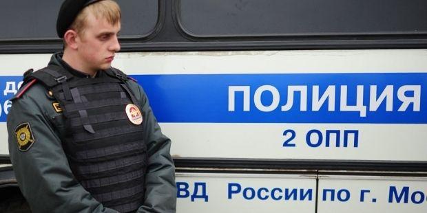 Сотрудник полиции при конвоировании осужденного