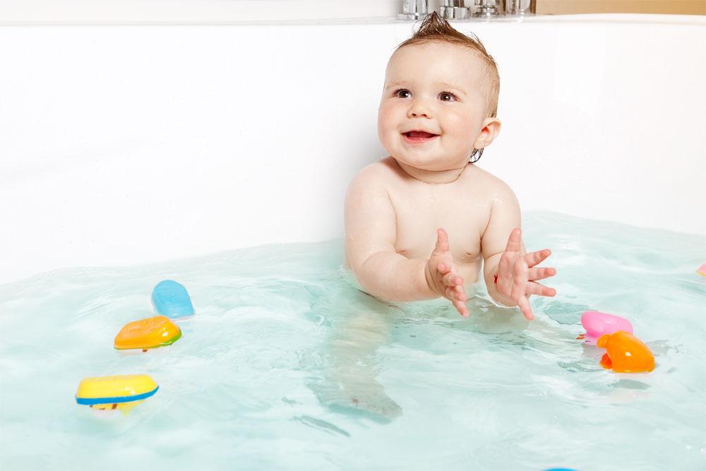 Как купать новорожденного в большой ванной
