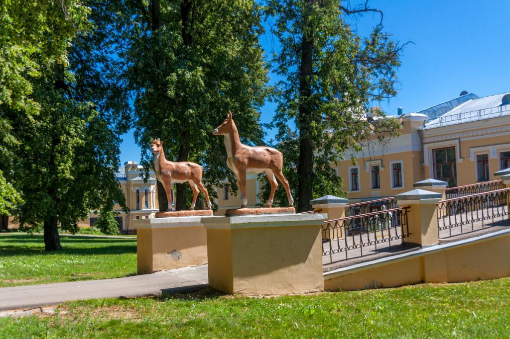 Скульптуры оленей на усадьбе