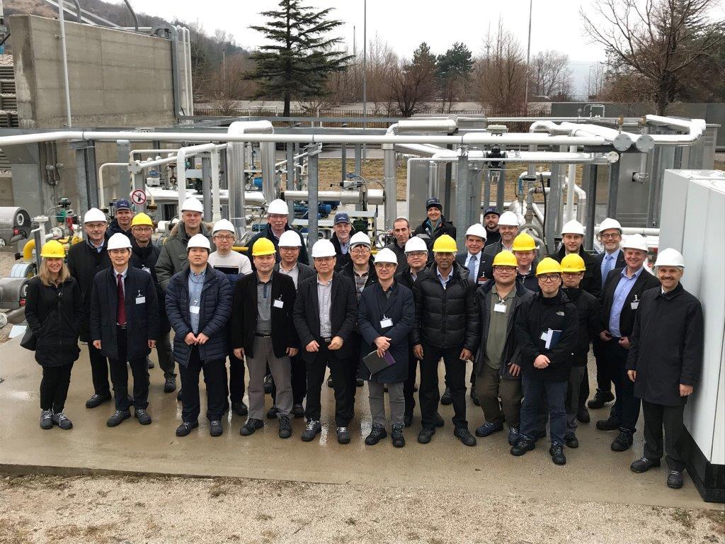 Персонал предприятия по переработке газа