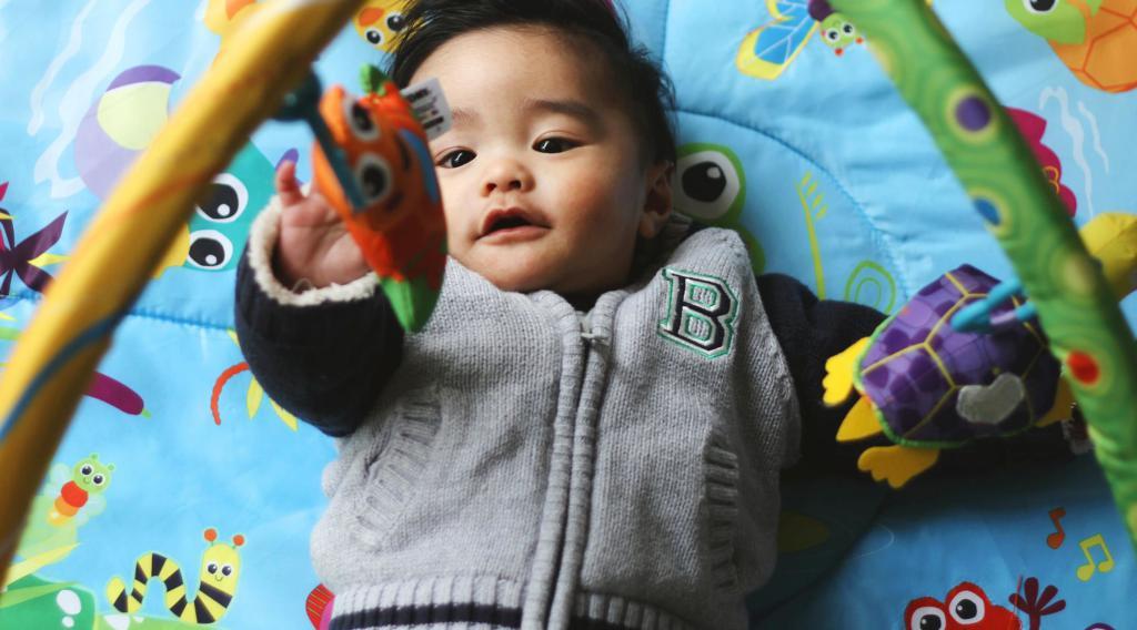 с какого возраста нужен развивающий коврик ребенку