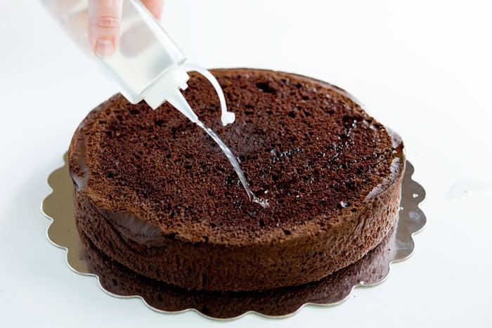 Пропитать коржи сахарным сиропом
