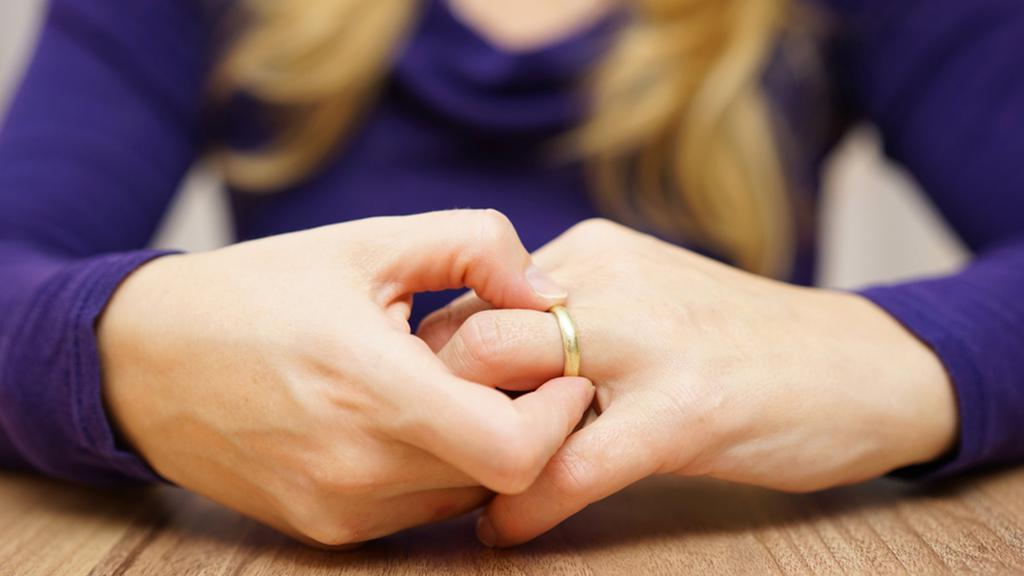 Женщина снимает кольцо