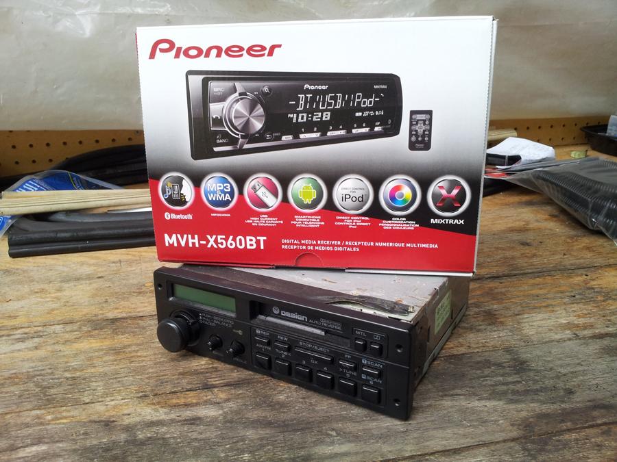 pioneer mvh-x560bt со штатной магнитолой