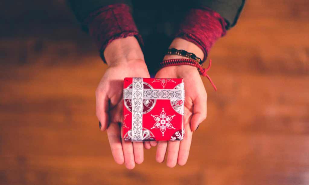 подарок на руках