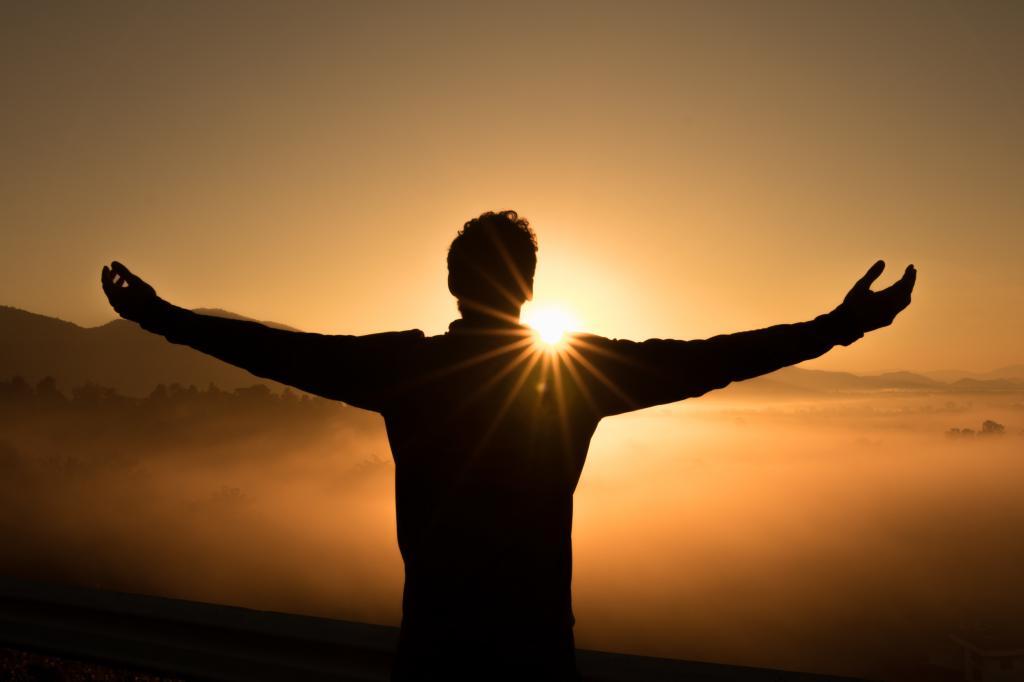 мужчина на фоне восхода