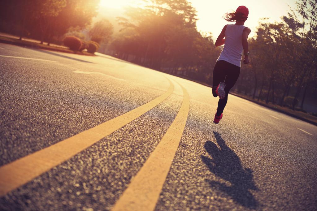 девушка бежит по дороге