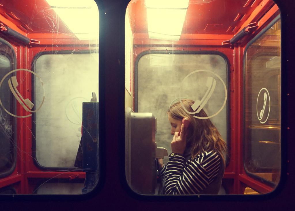 девушка и телефонный аппарат