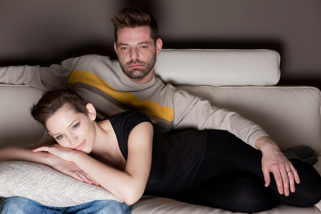 Муж и жена смотрят телевизор
