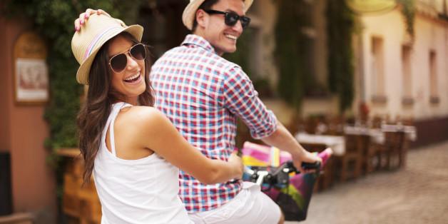 парень с девушкой едут на велосипеде