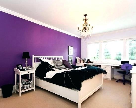 Стена цвета ежевики
