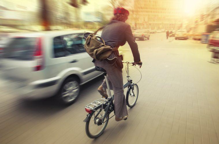 Автомобиль обгоняет велосипедиста