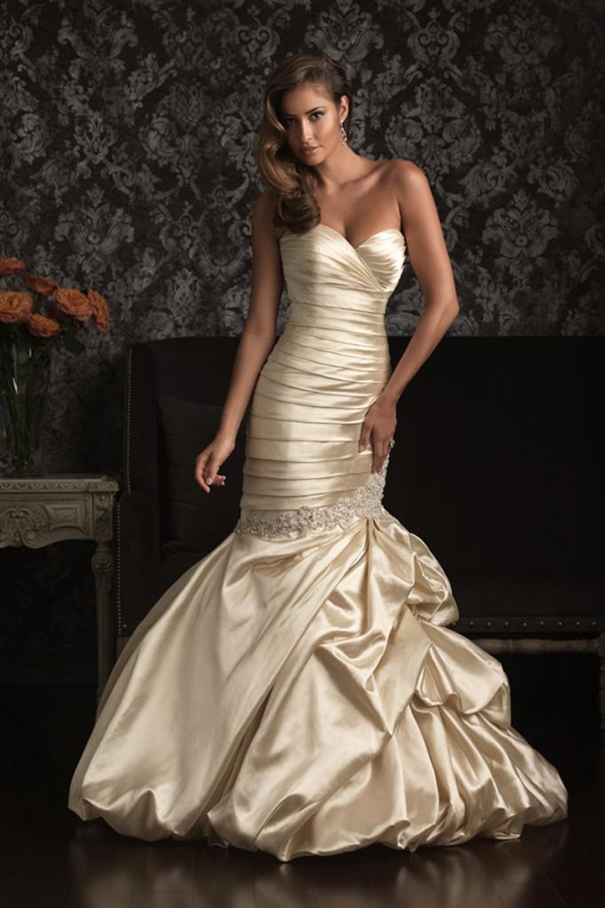 Загорелая девушка в золотом платье
