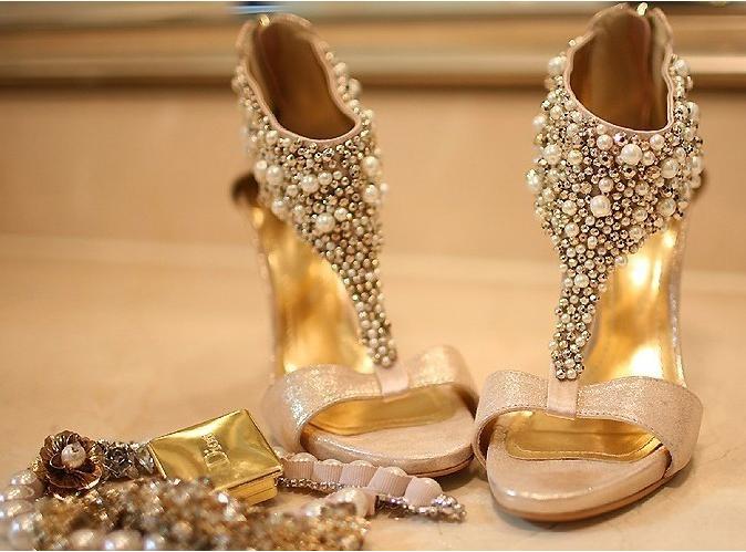 Обувь и украшения для золотого наряда