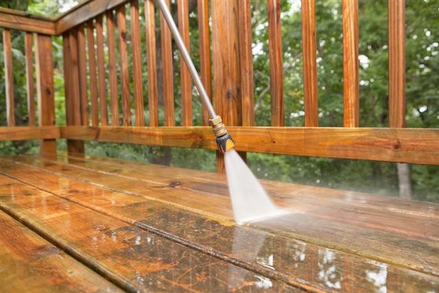 Очистить древесину перед нанесением морилки