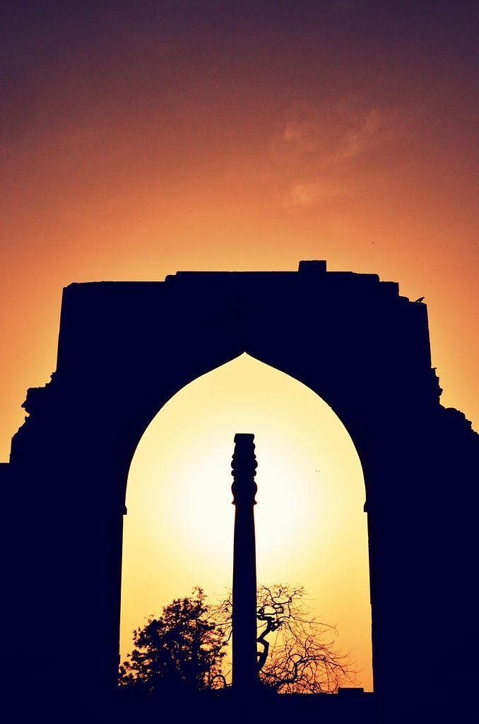Железная колонна на закате