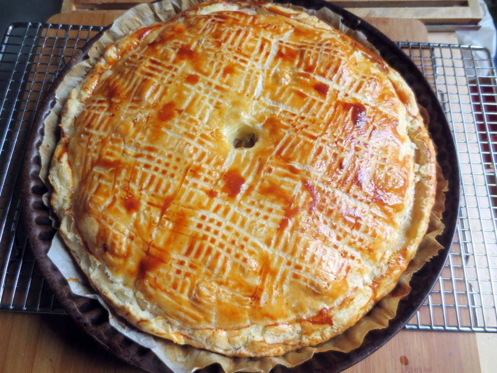 шарлотка с яблоками из готового теста