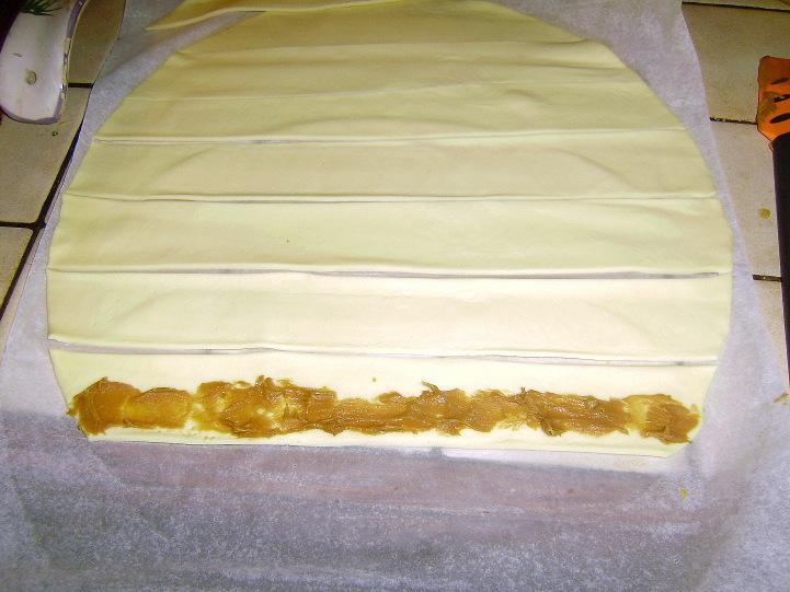 шарлотка из дрожжевого слоеного теста