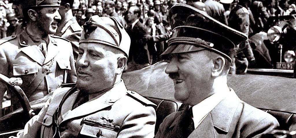 Гитлер, едущий в автомобиле